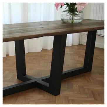 metalen frame onder oud eiken tafelblad